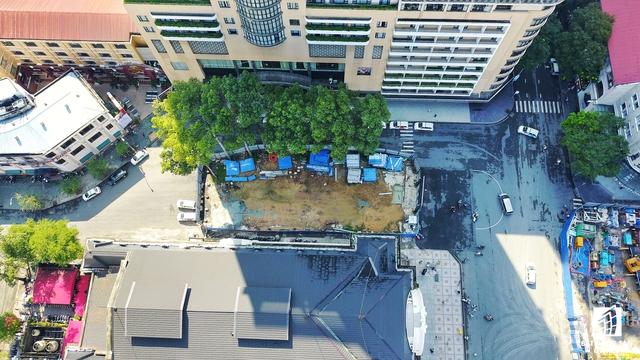 Một góc nhà ga ngầm đang được xây dựng bên hông Nhà hát TP.HCM, nằm trước cổng chính khách sạn Caravella