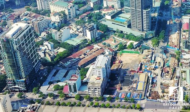 Cạnh tòa nhà Sun Wah là khu đất vàng của Ngân hàng BIDV, bên trong là bãi giữ xe 24/24. Nằm ở góc phải là khu đất vàng dành cho dự án Thương xá Tax cao 60 tầng, tiến độ thị công vẫn dừng lại ở phầm hầm