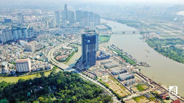 Nằm cách Golden River không bao xa là Tổ hợp căn hộ cao cấp Vinhomes Central Park cũng do Vingroup làm chủ đầu tư với điểm nhất là tòa tháp cao nhất nước - Landmark 81