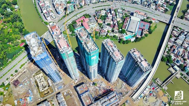 Trong tháng 7/2017 vừa qua, các nhà thầu đã thi công cất nóc các tòa tháp, kết hợp với việc hoàn thiện hạ tầng nội khu