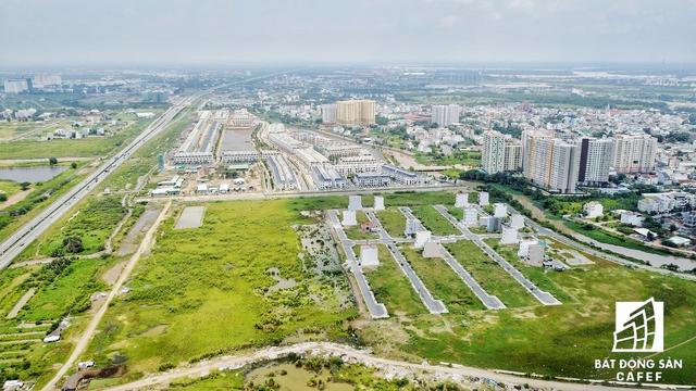 Hai bên tuyến đường dẫn này, các doanh nghiệp trong và ngoài nước đang nắm trong tay những khu đất có diện tích từ 10-70ha, chủ yếu phát triển các khu dân cư hiện đại.