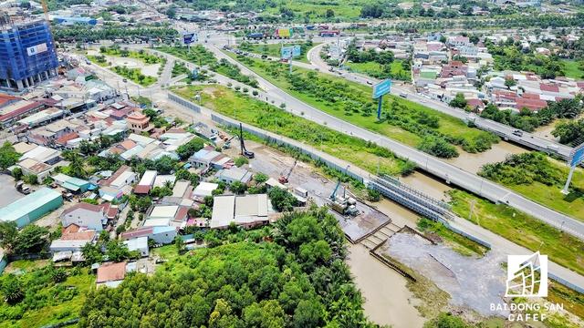 Một loạt tuyến đường như Tô Ngọc Vân, Nguyễn Duy Trinh, Nguyễn Thị Định, Đồng Văn Cống và Nguyễn Xiển đã và sẽ được đầu tư nâng cấp, giúp thị trường địa ốc khu Đông ngày thêm khởi sắc.