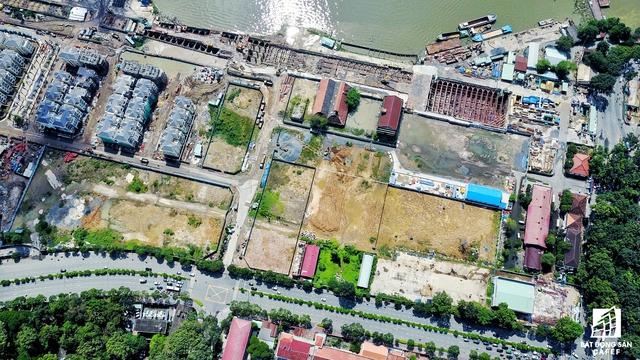Nhà ga Ba Son dài 240m, rộng 34,5m, sâu 17,3m và 2 tầng ngầm, đã thi công đạt 46%, trong đó phần đào đất đạt 37%, tường vây đạt 96%, đang thi công sàn B1, B2 và sàn mái.