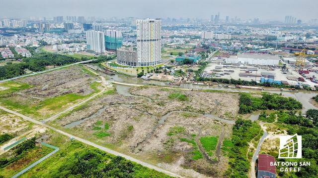 Khu đất thi công River City nằm giáp giới có dự án 6 tỷ đô của Vạn Thịnh Phát nên liên tục xuất hiện các tin đồn cho rằng đại gia Trương Mỹ Lan thâu tóm để hợp nhất 2 khu đất thành 1