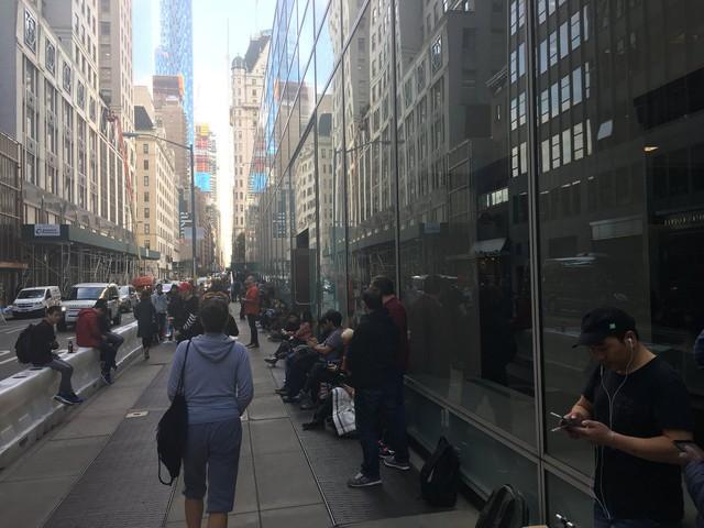 Những người xếp hàng đợi mua iPhone X bên ngoài cửa hàng Apple trên Đại lộ số 5 New York.