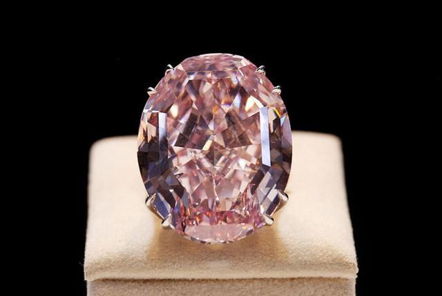 2. Nhẫn kim cương Pink Star (72 triệu USD): Viên kim cương nặng gần 59,6 carat, cắt ra từ một viên kim cương thô 132,5 carat được tìm thấy tại châu Phi. Theo Sotheby, các nghệ nhân đã làm việc trong gần hai năm trời để cho ra đời tuyệt phẩm Pink Star.