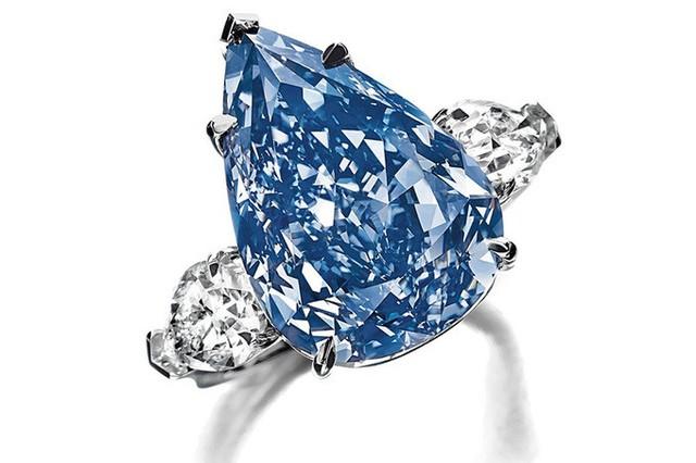 5. Nhẫn đính hôn The Winston Blue (23,8 triệu USD): Đây là một trong những viên kim cương xanh nặng nhất thế giới với 13 carat.