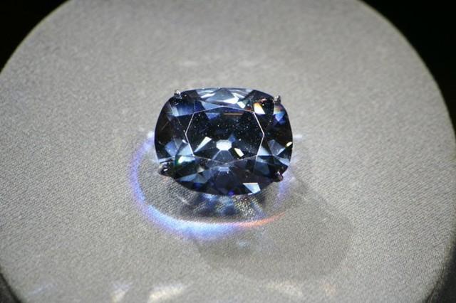 1. Viên kim cương Hy vọng (Hope): Viên kim cương 45,52 carat này không chỉ đẹp và đắt giá mà nó còn mang lời nguyền kỳ bí dành cho ai sở hữu nó. Đây cũng là viên kim cương gắn với lời đồn đã đánh chìm con tàu nổi tiếng Titanic khiến hàng ngàn người thiệt mạng. Không chỉ vậy nó còn được cho là vô giá.  Hiện nay, Hope nằm trong bộ sưu tập Đá quý và Khoáng sản Quốc gia, được trưng bày tại Bảo tàng Lịch sử thiên nhiên Quốc gia ở Washington (Mỹ).