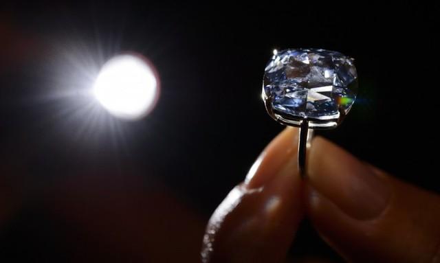 5. Viên kim cương Blue Moon - 48,4 triệu USD: Viên kim cương màu xanh nước biển nặng 12,03 carat đã được một doanh nhân Hong Kong (Trung Quốc) mua tại một phiên đấu giá.