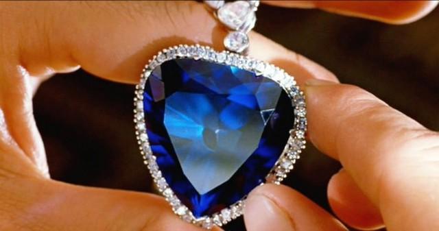 8. Dây chuyền Heart of the Ocean (Trái tim của Đại dương) - 17 triệu USD: Đây là chiếc dây chuyền được đeo lần đầu tiên bởi ngôi sao Kate Winslet trong phim Titanic. Mặt dây chuyền được làm từ một tinh thể sapphire Ceylon hình trái tim 171 carat và được bao xung quanh bởi 103 viên kim cương.