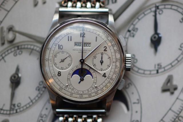 Chiếc Patek Philippe 1943 này có giá cao ngất ngưởng không phải vì được làm bằng vàng hay đính kim cương, đá quý mà là 1 trong số 4 chiếc đồng hồ mạ thép hiếm hoi trên toàn thế giới và có khả năng hiển thị lịch vạn niên...