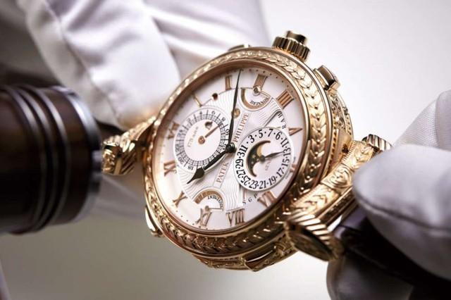 Các nghệ nhân giỏi đã mất 8 năm để hoàn thiện chiếc đồng hồ này và nó là sản phẩm kỷ niệm 175 năm tồn tại của hãng đồng hồ Patek Philippe.