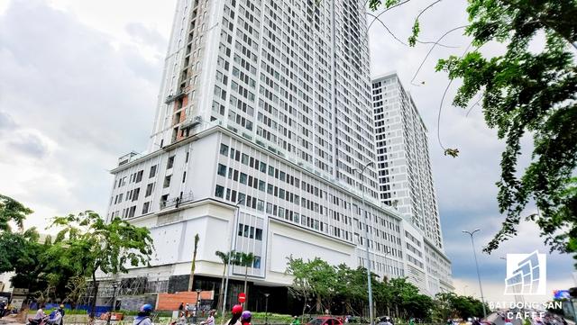 Toạ lạc ở số 151 – 155 Bến Vân Đồn, dự án River Gate là khu phức hợp căn hộ, thương mại, văn phòng. Được xây dựng trên khu đất rộng 9.600m2, dự án này có quy mô 2 tòa tháp cao 27 và 33 tầng, với khoảng 850 căn hộ.