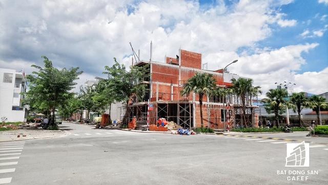 Dự án có quy mô 9,2 ha bao gồm 197 căn nhà phố và đặc biệt là 30 căn biệt thự. Với giá bán 27 triệu đồng/m2, đất nền tại đây đang trở thành tâm điểm của thị trường trong những tháng vừa qua. Được biết, toàn bộ dự án xong phần san lấp mặt bằng, nền móng và đã được cấp sổ đỏ.