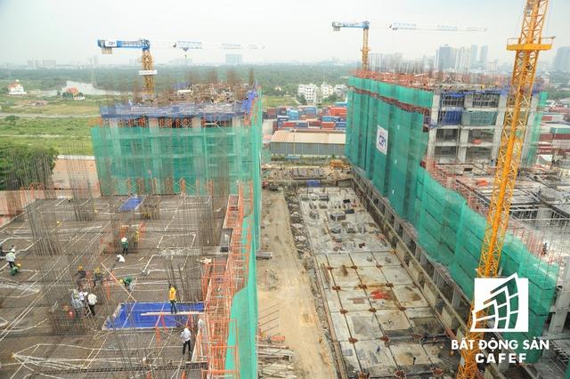 Theo quan sát, bằng cách làm xây nhà xong mới bán, gần 1.200 căn hộ tại hai dự án Him Lam Phú Đông (trên đại lộ Phạm Văn Đồng) và Him Lam Phú An (Q.9) đã có mức giao dịch khá cao sau 3 đợt mở bán. 3 Block A,C,D được bán hết và hiện tại dự án chỉ còn lại 308 căn Block B.