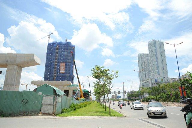 Những dãy nhà cao tầng mọc lên ăn theo công trình trên địa bàn quận 2. Theo thông tin từ Ban quản lý, những thanh dầm đầu tiên được lắp từ ngày 4/6/2015, đến nay tuyến trên cao (không tính tuyến đi ngầm) đoạn từ Suối Tiên đến gần cầu Sài Gòn đã đạt hơn 70% tiến độ công trình.