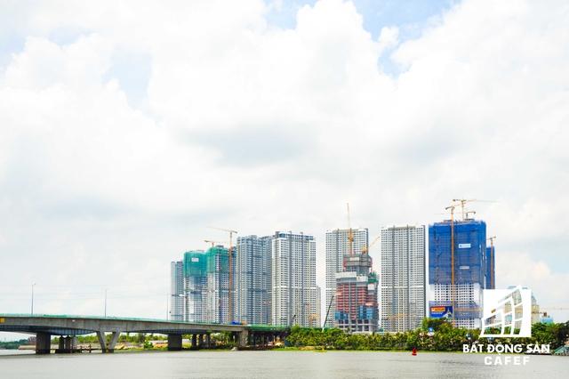 Nhiều khu chung cư cao cấp đang hoàn thiện nằm dọc ven sông Sài Gòn tạo nên điểm nhấn cho một đô thị hiện đại.  Nằm dọc sông Sài Gòn đoạn giữa cầu Thủ Thiêm và cầu Sài Gòn còn có khu chung cư cao cấp khác có quy mô 10,37 ha.