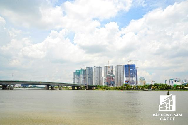Toàn cảnh khu đô thị Vinhomes Central Park nhìn từ sông Sài Gòn.