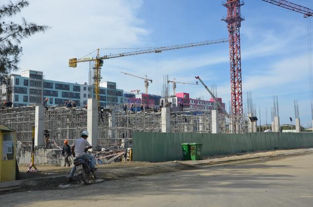 Các nhà thầu đang đẩy nhanh tiến độ xây dựng với 3 ca/ngày để kịp bàn giao cho khách hàng vào cuối tháng này. Đây là tổ hợp condotel lớn nhất tại Đà Nẵng hiện nay.