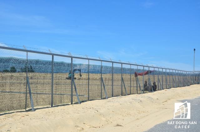 Chủ đầu tư đã tiến hành lắp rào chắn chạy dọc diện tích dự án