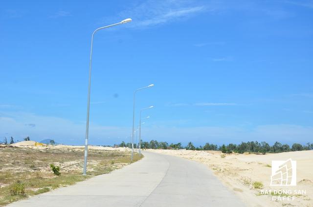 Một góc con đường chính được xây dựng tạm để phục vụ công tác xây dựng siêu dự án này.
