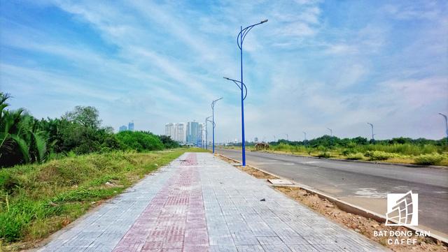 Một phần con đường có chiều dài khoảng 70m được xây dựng dang dở bên trong khu đất rộng hàng trăm ha này