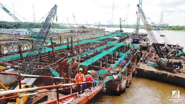 Để thi công dự án, có các tấm ngăn triều nặng hàng trăm tấn được đúc ngay ở công trường