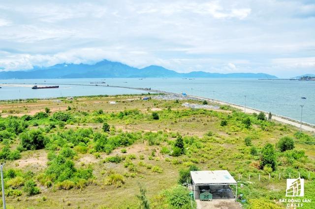 Dự án Harbour Ville Riverside Đà Nẵng có tổng diện tích 13,6 ha gồm: 360 nền biệt thự (320 nền diện tích 180m2; 12 nền diện tích 220m2 và 28 nền diện tích 300m2 cùng với các trung tâm thương mại – dịch vụ được xây dựng dọc hai bên trục đường 82m).