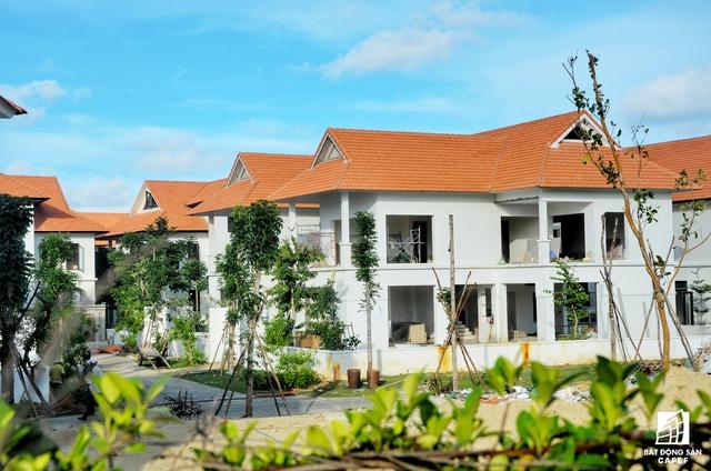 Công trình được thiết kế ở khu vực phía nam biệt thự Furama Villas Đà Nẵng và khu nghỉ dưỡng Furama, ngay vị trí trung tâm của quần thể du lịch Ariyana Đà Nẵng.