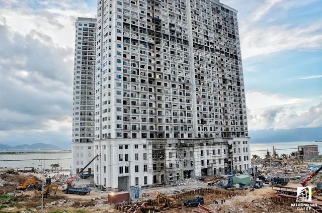 Tọa lạc tại chân cầu Thuận Phước, đầu bờ sông Hàn, dự án tổ hợp condotel này gồm 600 căn hộ được thi công trong thời gian khá nhanh