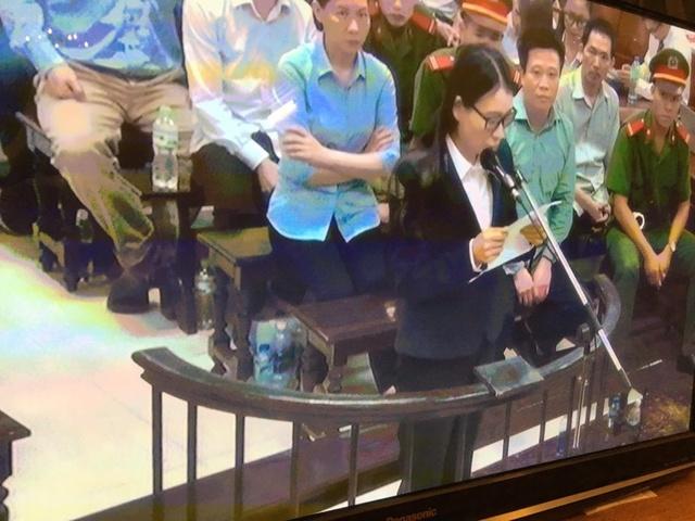 Phiên tòa sáng 19/9: Bị cáo Hoàng Thị Hồng Tứ vừa khóc vừa tự bào chữa, xin hưởng án treo để chăm con - Ảnh 1.