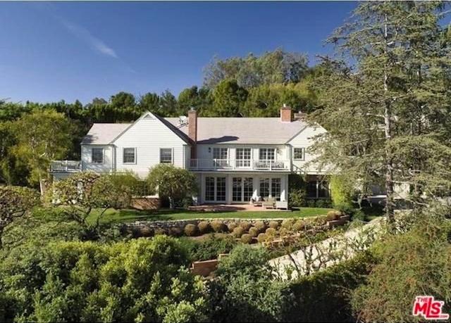 Ngôi nhà được thiết kế theo phong cách hiện đại bởi kiến trúc sư nổi tiếng nhất California, ông Gerard Colcord. Đây cũng là ngôi nhà từng thuộc về tài tử điện ảnh Harrison Ford khoảng 30 năm trước khi ông bán nó vào năm 2012.
