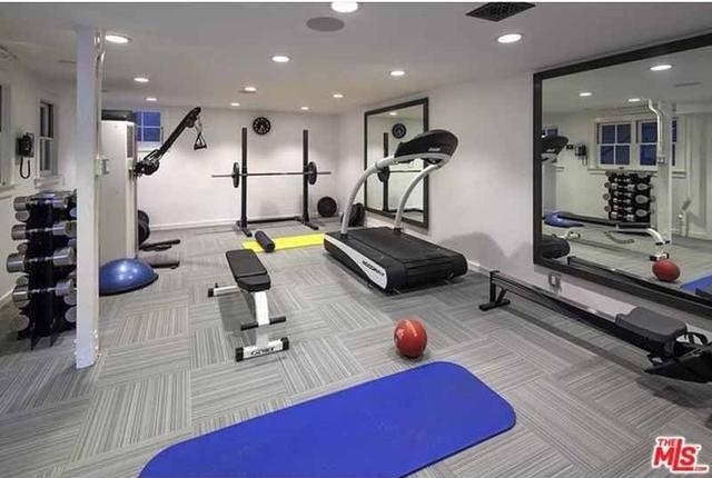 Phòng tập thể dục cũng được tranh bị đầy đủ thiết bị tập luyện có ích cho sức khỏe.