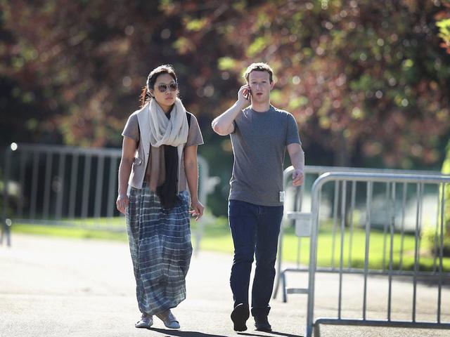Mark Zuckerberg thức dậy lúc 8 giờ sáng và ngay lập tức kiểm tra Facebook, Facebook Messenger và WhatsApp trên điện thoại.