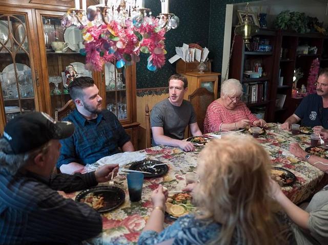 Năm ngoái, Zuckerberg có chuyến đi vòng quanh nước Mỹ, nơi ông gặp gỡ rất nhiều người với nhiều ngành nghề. Thậm chí, người ta còn nghĩ rằng Zuckerberg đang chuẩn bị cho một tương lai chính trị và tham gia vào chính trường.
