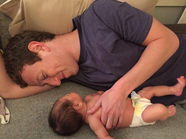 Tuy nhiên, dù đi chơi hay làm việc, Zuckerberg vẫn dành nhiều thời gian cho vợ và con gái. Khi cô con gái nhỏ tên Max ra đời, Zuckerberg đã nghỉ việc trong 2 tháng để ở nhà thăm con. Tháng 8/2017, cặp đôi này tiếp tục đón cô con gái thứ 2 mang tên August.