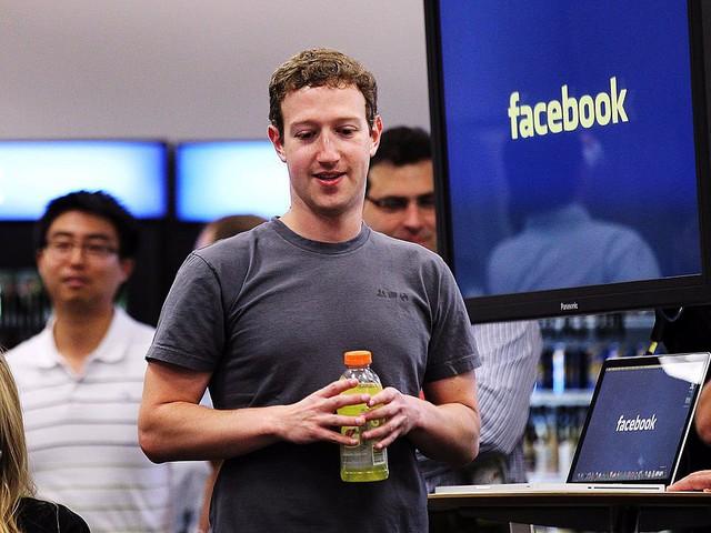 """Zuckerberg dành 50 tới 60 giờ mỗi tuần cho Facebook. """"Tôi dành phần lớn thời gian để nghĩ về việc làm sao kết nối thế giới và phục vụ cộng đồng tốt hơn""""."""