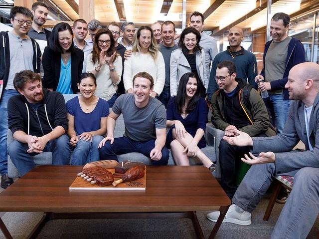 Verge cho biết Zuckerberg có những người hỗ trợ ông quản lý các kênh của mạng xã hội Facebook. Một nhóm gồm 12 người giúp ông loại bỏ những bình luận không phù hợp hay cập nhật những bài viết mới trên trang cá nhân của ông.