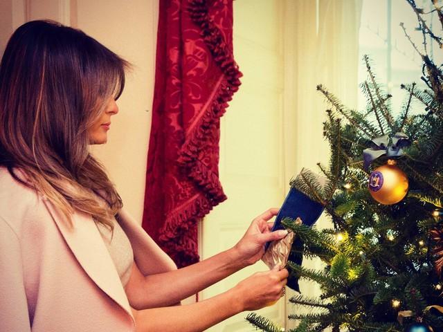 Từ làm bánh tới trang trí cây thông, Đệ nhất phu nhân Melania theo dõi chặt chẽ quá trình chuẩn bị cho Giáng sinh đầu tiên của gia đình bà ở tòa Bạch Ốc.