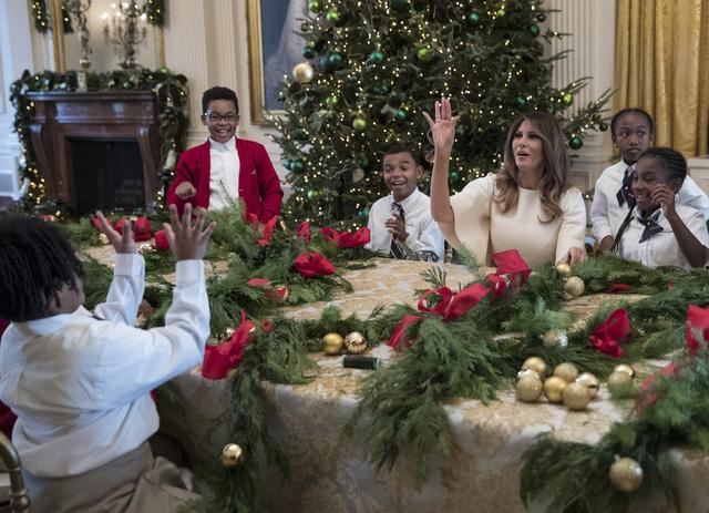 Đệ nhất phu nhân dành thời gian để chuẩn bị cho việc trang hoàng phòng Đông, Nhà Trắng cùng những đứa trẻ.