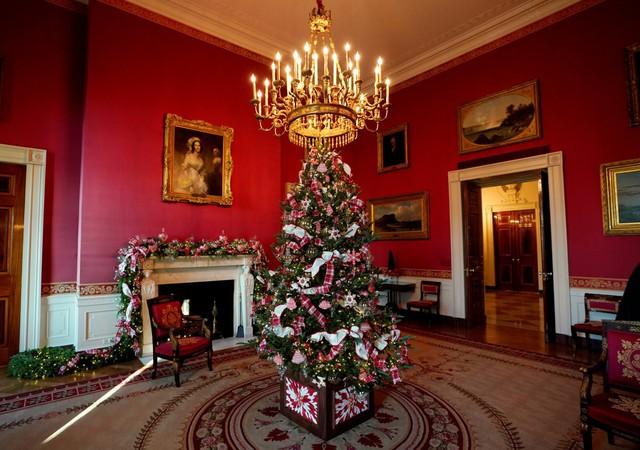 Một phòng khác ở Nhà Trắng có tên là phòng Đỏ. Ở đây, người ta trang trí không khí Giáng sinh theo một cách rất ngọt ngào.