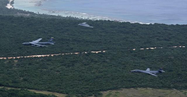 Một số lượng lớn máy bay ném bom chiến lược tối tân nhất của Không quân Mỹ, bao gồm hai loại máy bay tàng hình B-2 Spirits và B-1 Lancers cùng B-52 Stratofortress đều được biên chế trên đảo Guam.