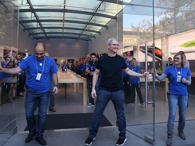 Tim Cook tại sự kiện khai trương cửa hàng Apple ở Palo Alto, California. Ông đi đôi giày Nike có giá 75 USD.