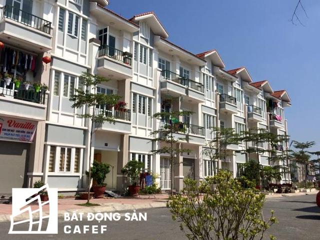 Đại diện chủ đầu tư cho biết hiện dự án đã hoàn thành 8 block nhà 3 tầng, hàng trăm hộ dân đầu tiên đã chuyển tới sinh sống ổn định từ đầu năm 2016.