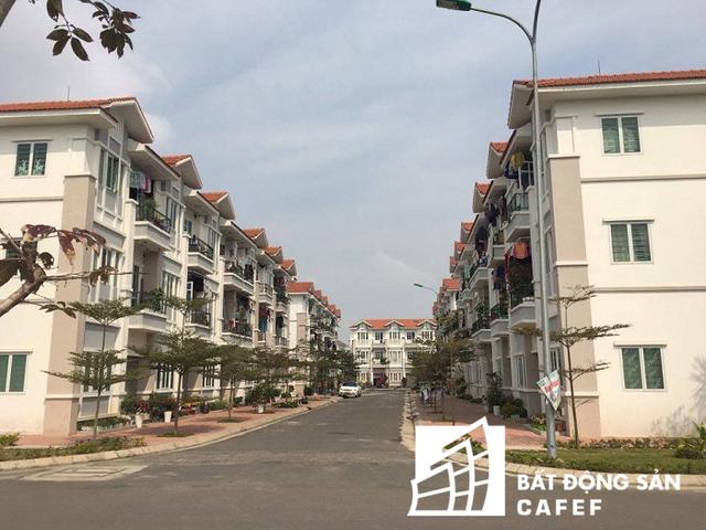 Các dãy nhà được xây dựng đồng bộ, hiện đại, đầy đủ hạ tầng kỹ thuật như điện, nước sạch, cây xanh, vỉa hè...khang trang, rộng rãi. Giao thông tĩnh bố trí 3 bãi đỗ xe tập trung và được phân bố đều trong khu vực với tổng diện tích 5.200m2.