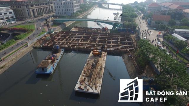 Để đảm bảo mục tiêu kiểm soát ngập do triều và chủ động điều tiết nước, dự án tập trung xây 6 cống dưới lòng đất kiểm soát triều tại Bến Nghé, Tân Thuận, Phú Xuân, Mương Chuối, Cây Khô, Phú Định. Mỗi cống rộng từ 40 đến 160 m, chiều cao thành cống 3,6–10 m.