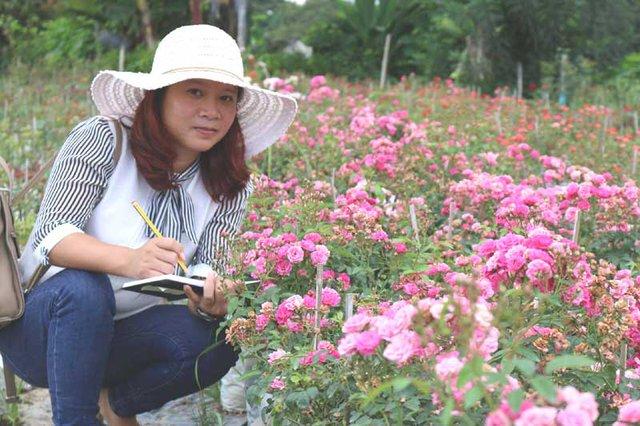 Chị Tuyết đã giấu bố mẹ chuyện nghỉ việc ở công ty để về trồng hoa hồng