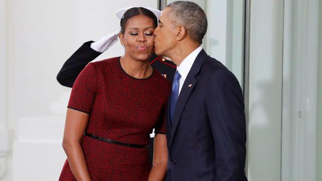 Vợ chồng cựu tổng thống Barack Obama chưa bao giờ ngại ngùng trong việc thể hiện tình cảm với nhau một cách công khai.