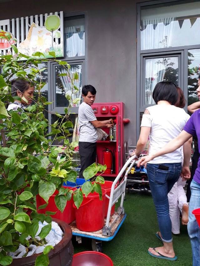 Người dân xếp hàng lấy nước cứu hỏa để dùng (Ảnh facebook cư dân).