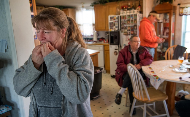 Dee Matello làm nghề kinh doanh nhỏ. Cô có một chếc răng bị nứt nhưng không đủ khả năng chi trả cho dịch vụ nha khoa quá đắt đỏ. Giữa việc chữa răng và các hóa đơn sinh hoạt, Matello đã chọn chịu đựng cơn đau răng để có tiền trang trải cuộc sống.
